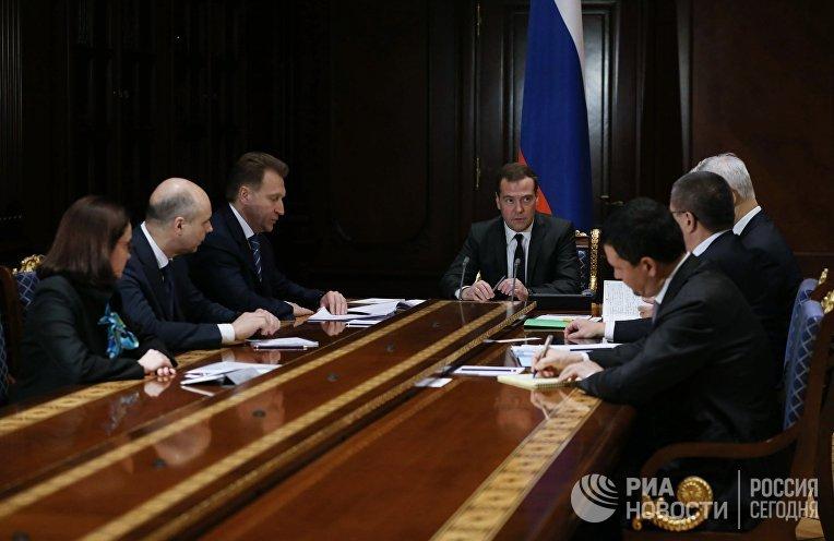 Д.Медведев проводит совещание по финансово-экономической ситуации в РФ. 16 декабря 2014