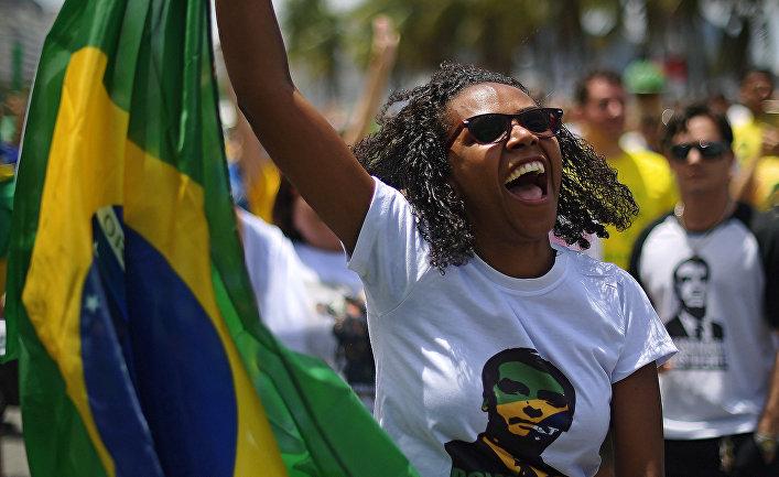 Сторонники кандидата в президенты Жаира Болсонару во время митинга в Рио-де-Жанейро