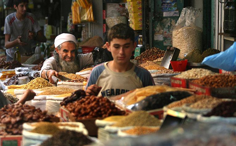Покупатели на продуктовом рынке в Газе, Палестина