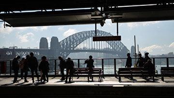 Пассажиры в ожидании поезда в Сиднее