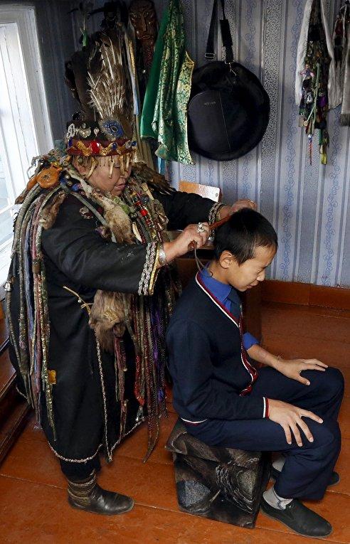 Шаманка Анисья Монгуш проводит ритуал очищения в своем доме в Кызыле
