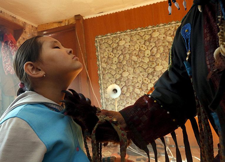 Шаманка Сайда Монгуш лечит 9-летнюю Норжунмаа