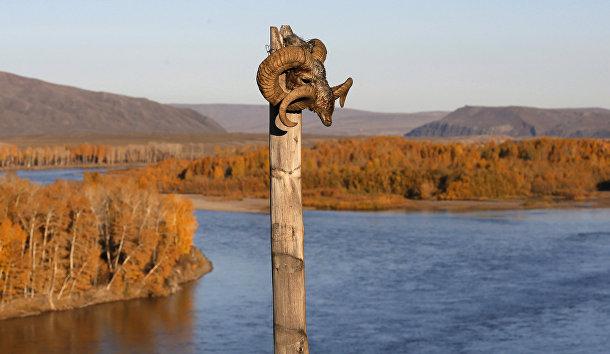 Место, где камлают шаманы, на берегу реки Енисей в Тыве
