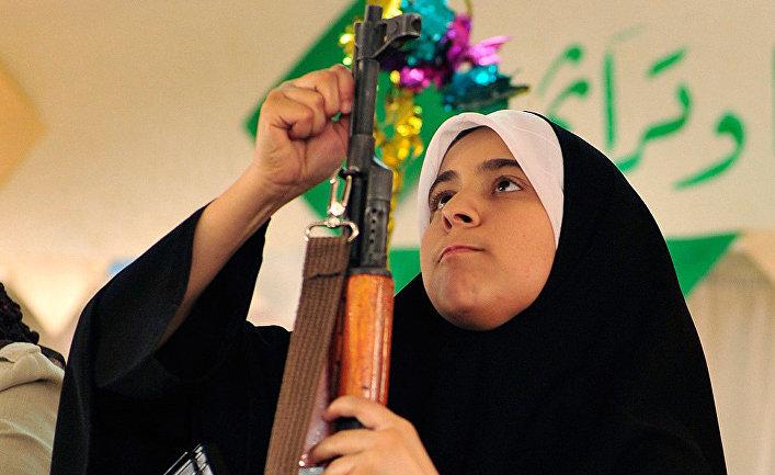 Член первой партии ливийских женщин-добровольцев
