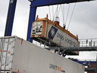 Погрузка контейнеров в порту городе Иммингем, Великобритания