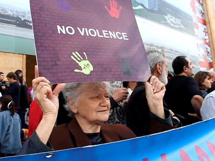 Несколько тысяч человек вышли на акцию протеста против насилия в Тбилиси
