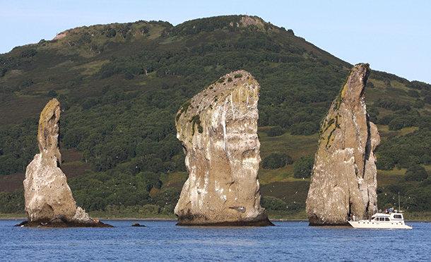 Скалы Три Брата в Авачинской бухте