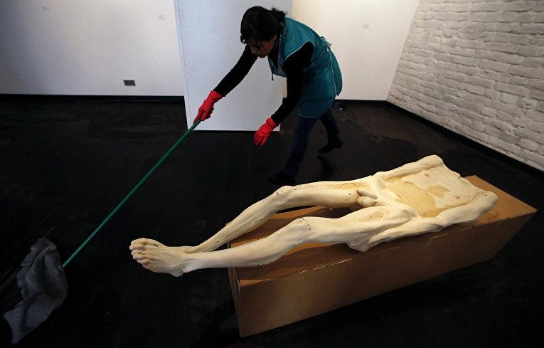 Работа румынского скульптора Богдана Раты на биеннале современного искусства Manifesta в Санкт-Петербурге