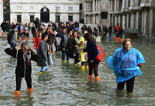 Туристы на затопленной площади Святого Марка в Венеции