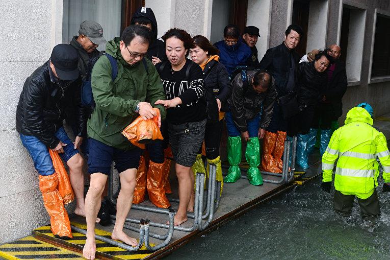 Туристы на платформе у площади Святого Марка в Венеции