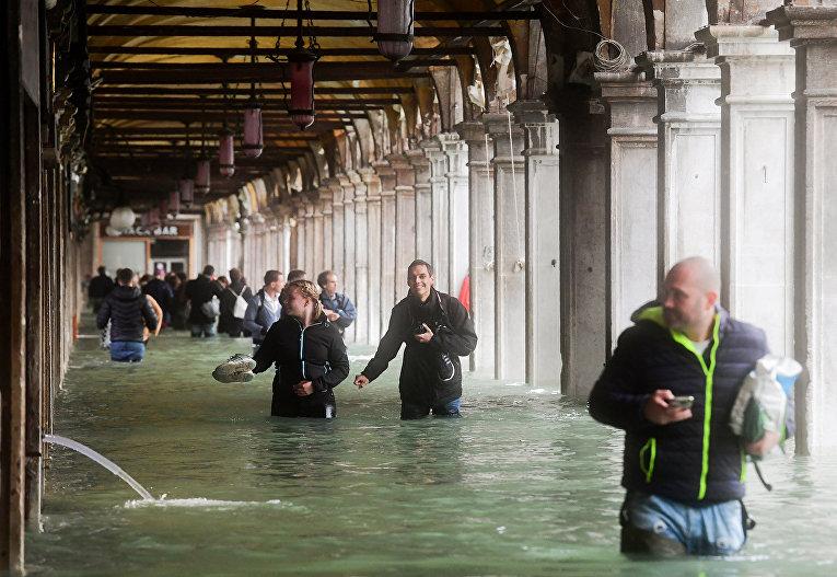 Туристы рядом с затопленной площадью Святого Марка