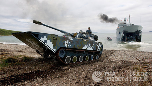 Боевые машины пехоты Военно-морских сил Народно-освободительной армии КНР выходят на берег во время высадки морского десанта