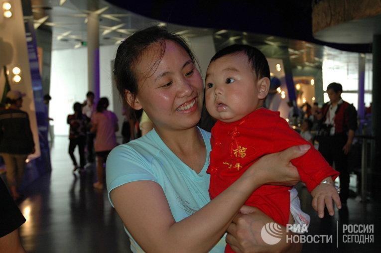 Мама с ребенком в Шанхае