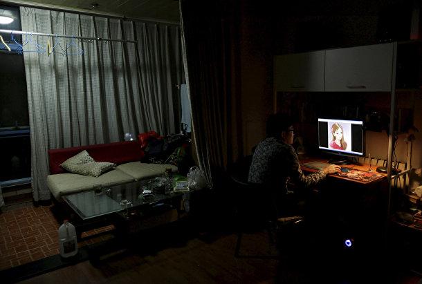 Ван Дун, фанат хостес Сыци, смотрит на ее портрет