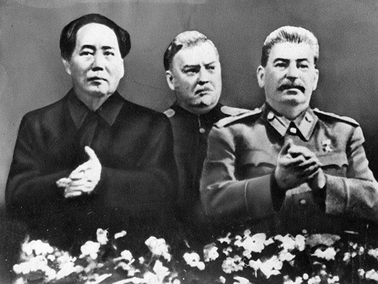Иосиф Сталин, Николай Булганин и Мао Цзэдун на праздновании 70-летия Сталина в Большом театре