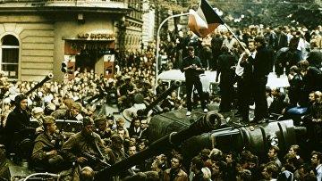 Пражская весна: жители Праги блокируют путь советским танкам