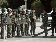 Офицеры вооруженной полиции в городе Кашгар Синьцзян-Уйгурского района на западе Китая