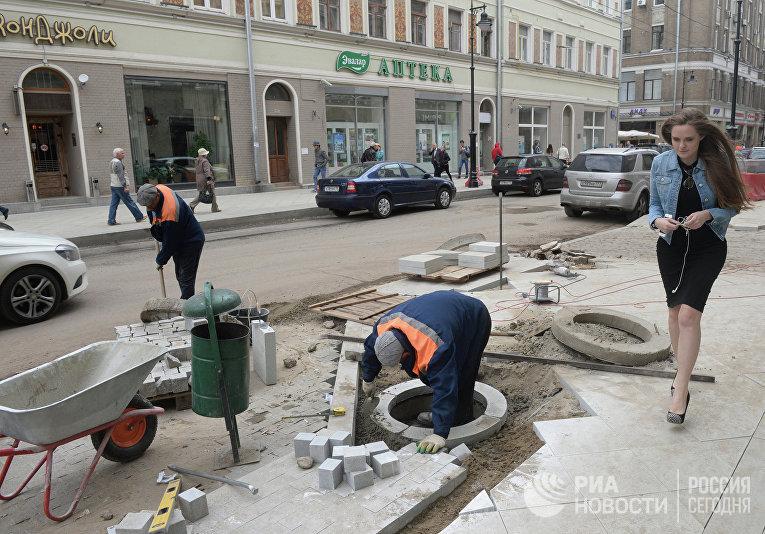 Рабочие занимаются благоустройством улиц в центре Москвы
