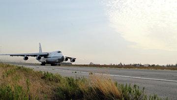 """Российский транспортный самолет """"Руслан"""" взлетает с базы """"Хмеймим"""" в Сирии"""