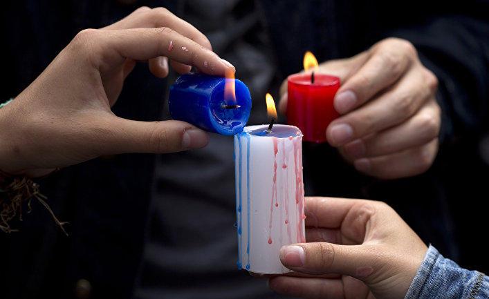 Акция, посвященная памяти погибших в парижских терактах, у французского посольства в Лиме, Перу