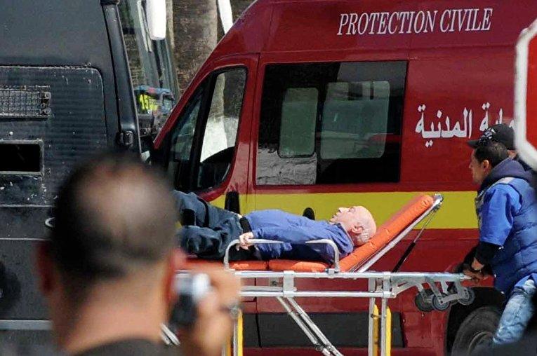 Скорая спасает раненых, пострадавших от теракта в Тунисе