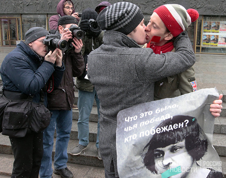 """Гей-пикеты у БКЗ """"Октябрьский"""""""