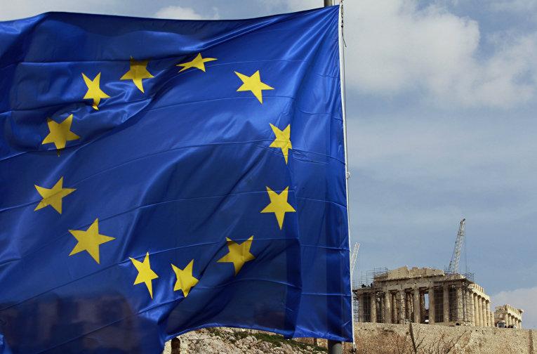 Флаг Евросоюза перед храмом Парфенон