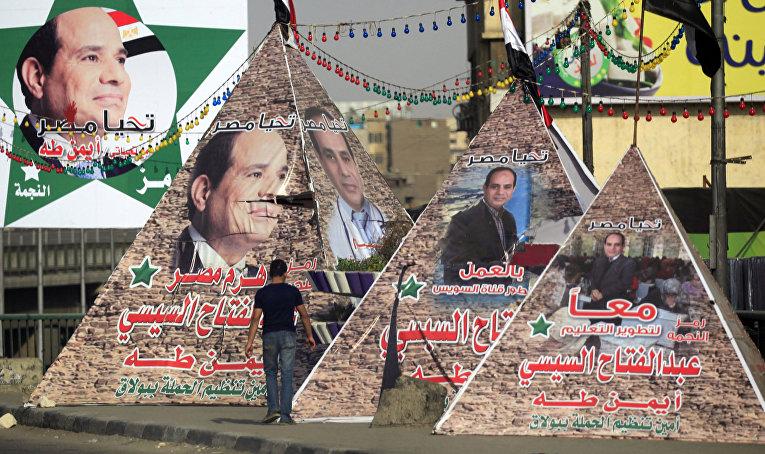 Пирамиды с портретами Абдула-Фаттаха ас-Сиси в Каире
