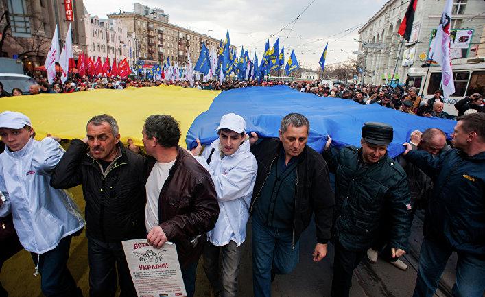 Участники митинга в Харькове несут национальный украинский флаг. Архивное фото