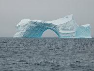 Айсберг в форме арки у берегов Гренландии