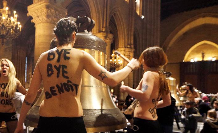 Активистки Femen провели акцию в Нотр-Дам-де-Пари