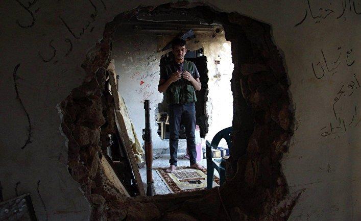 Член Свободной Сирийской армии во время молитвы