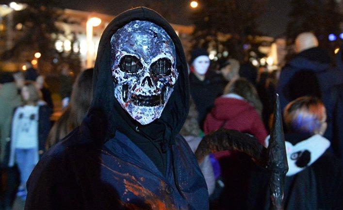 Молодые люди празднуют Хэллоуин