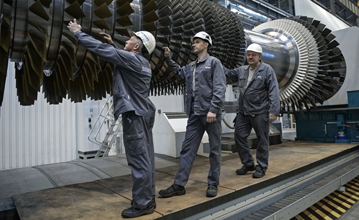 """Рабочие ООО """"Сименс технологии газовых турбин"""" осматривают ротор с лопатками в цехе по восстановлению лопаток газовых турбин"""