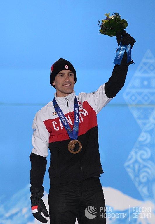 Денни Моррисон (Канада), завоевавший бронзовую медаль в забеге на 1500 метров в соревнованиях по конькобежному спорту