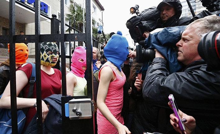 Участницы группы Pussy Riot выходят из отделения полиции в Адлере