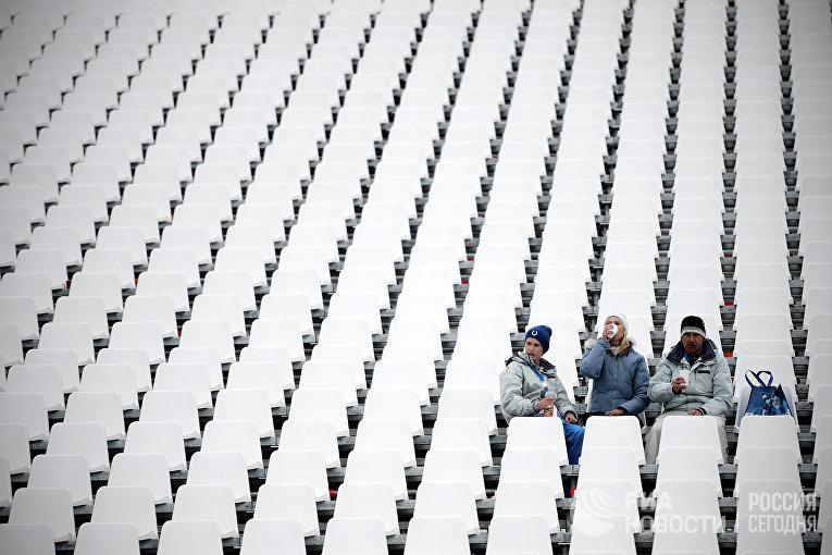 Зрители на трибуне стадиона после объявления об отмене по погодным условиям финала сноуборд-кросса на соревнованиях по сноуборду среди мужчин