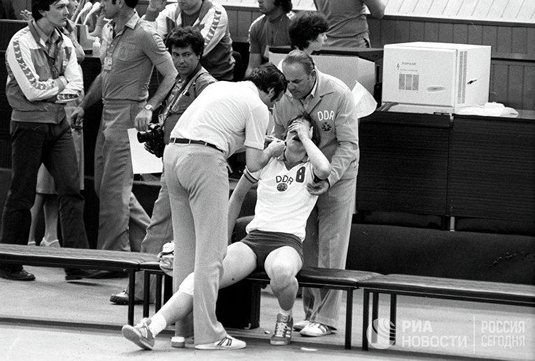 Гандболистка сборной ГДР после окончания матча между командами СССР - ГДР