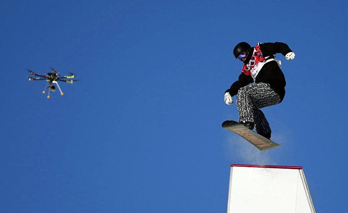 Ян Корпи, спортсмен из Финляндии. Беспилотник снимает соревнования по слоупстайлу на Олимпиаде в Сочи.