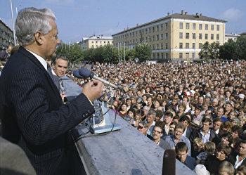 Председатель Верховного Совета РСФСР Борис Ельцин выступает перед жителями Междуреченска
