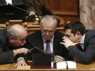 Премьер-министр Греции Алексис Ципрас разговаривает с вице-премьером Яннисом Драгасакисом и Никосом Вуцисом перед своей первой речью в парламенте