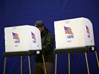 Процесс голосования на избирательном участке в Лейк-Шор, США