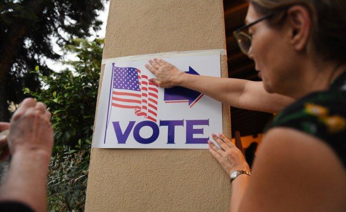 Указатель на избирательный участок в Лагуна-Бич, Калифорния, США
