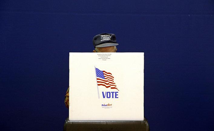 Избиратель на избирательном участке в Лейк-Шор, США