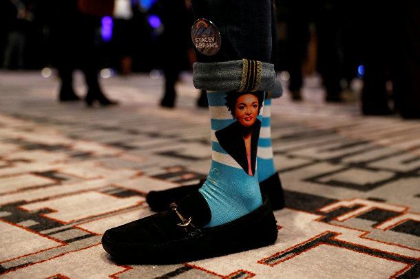 Носки с портретом кандидата от демократов Стейси Абрамс в Атланте, штат Джорджия