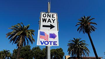 Указатель на избирательный участок в Ньюпорт-Бич, Калифорния