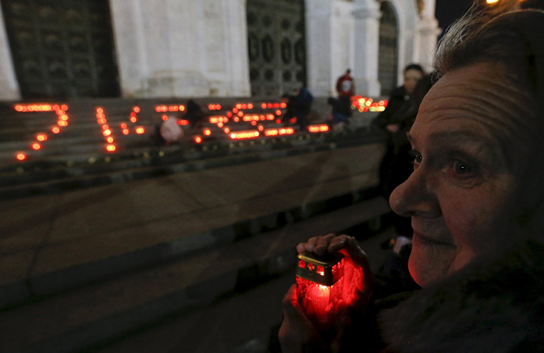 Акция, посвященная памяти погибших в авиакатастрофе в Египте, у храма Христа Спасителя в Москве