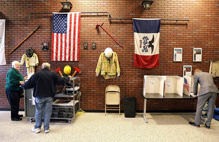Голосование на избирательном участве в пожарной части в Вест-Де-Мойн, штат Айова