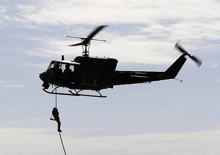 Вертолет AB212 во время учений НАТО «Единый трезубец» в Трапани, Италия