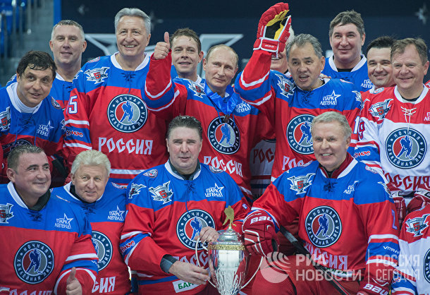 Президент РФ В. Путин принимает участие в хоккейном матче чемпионов НХЛ и Правления и почетных гостей НХЛ